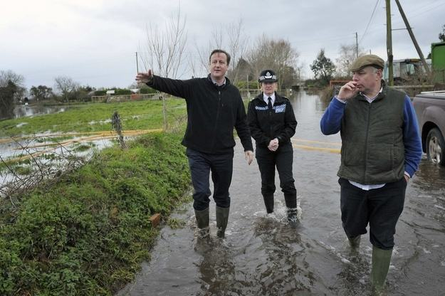 Heres A Bunch Of Concerned Looking Politicians Staring At Floods enhanced buzz 22225 1392126886 27