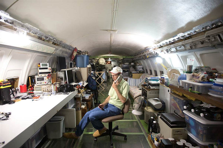 retired boeing 727 recycled home bruce campbell 6 This Man Lives In A Boeing 727 In The Middle Of The Woods