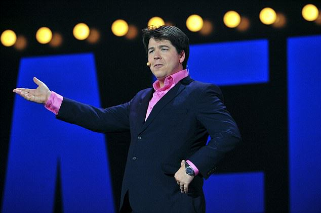 article 2237195 0C216A70000005DC 271 634x422 Michael McIntyre Storms Off Stage After Woman Refuses To Stop Using Phone