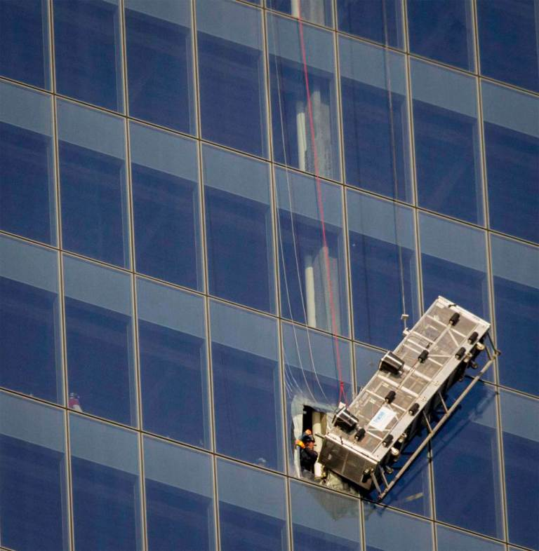 ad 151631228 Window Cleaners Left Hanging 1800 Feet Up The One World Trade Center