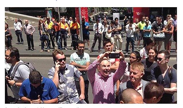 240F5A1600000578 2874191 This man couldn t contain his happiness at taking a selfie near  a 2 1418643053133 People Are Taking Selfies Outside The Terror Siege Thats Happening In Sydney