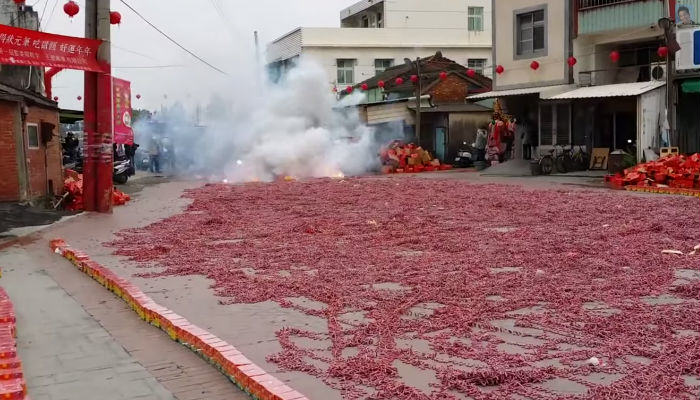 crackers web thumb Chinese Set Off More Than A Million Firecrackers At Once