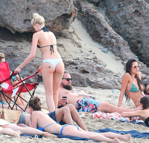 ldicapriobeach010115 007 x17 480w Leonardo DiCaprio Parties With Beach Full Of Girls In St. Barts