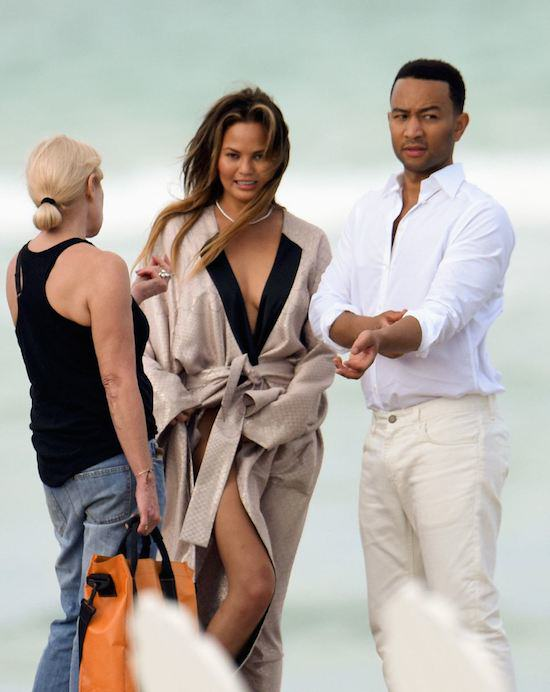 girl31 John Legends Girlfriend Chrissy Teigen Goes Fully Naked On Beach For Photoshoot