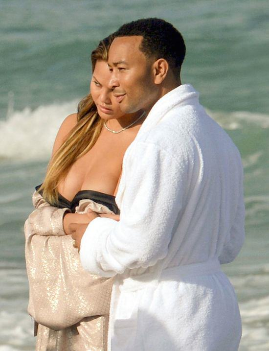 girl41 John Legends Girlfriend Chrissy Teigen Goes Fully Naked On Beach For Photoshoot