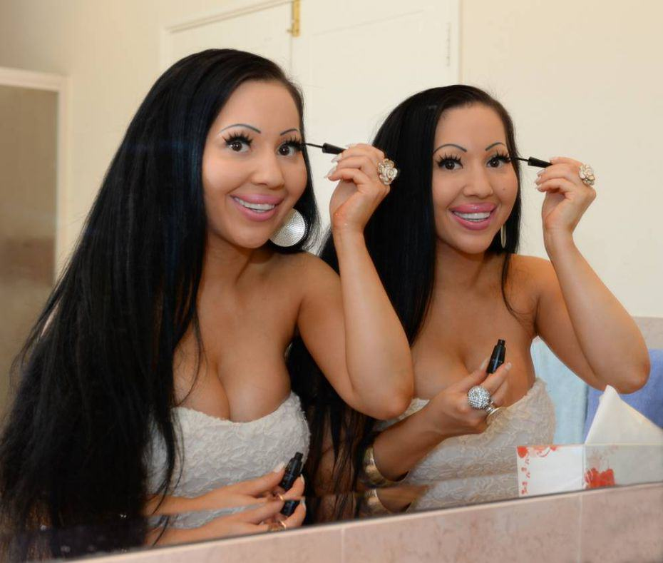 twins Meet The Worlds Most Identical Twins Who Share A Boyfriend