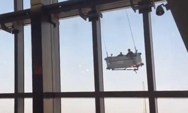 Wind Storm Hits Window Cleaners On 91st Floor Of Shanghai Building vertigo 640x388