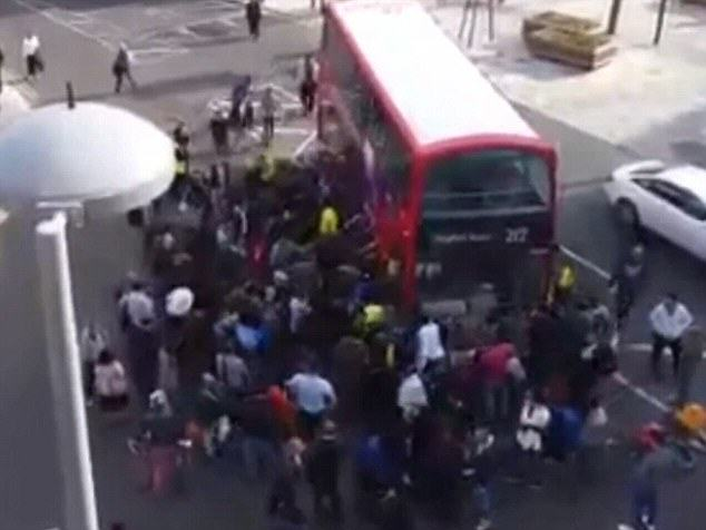 292D415A00000578 3102358 image m 40 1432899082102 Hundreds Lift Bus Off Unicyclist Trapped Under Wheels In London