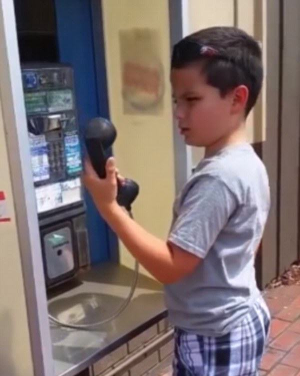payphone1 Kid Doesnt Recognise Payphone, Its Time To Feel Really Old