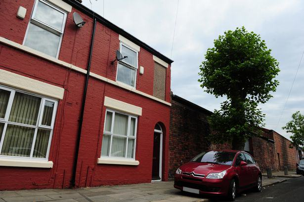 An Estate Agent Is Advertising This House   Including The Ghost That Lives There 224