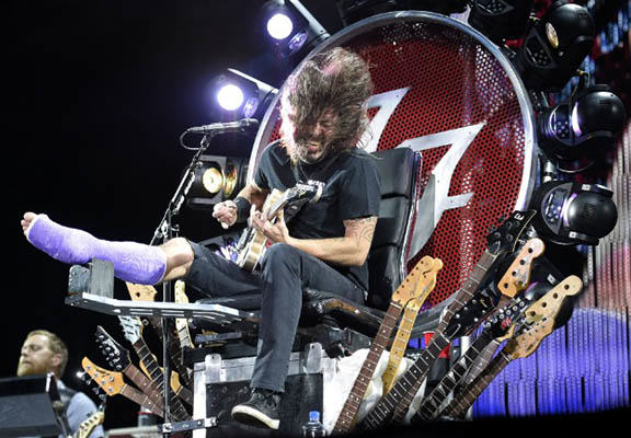 grohl throne WEB Dave Grohl Just Proved Why Hes The Coolest Guy In Rock