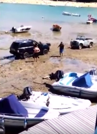 UNILAD lmMfzK4xi5O Moment Range Rover Had To Be Rescued By 50 Year Old Land Rover