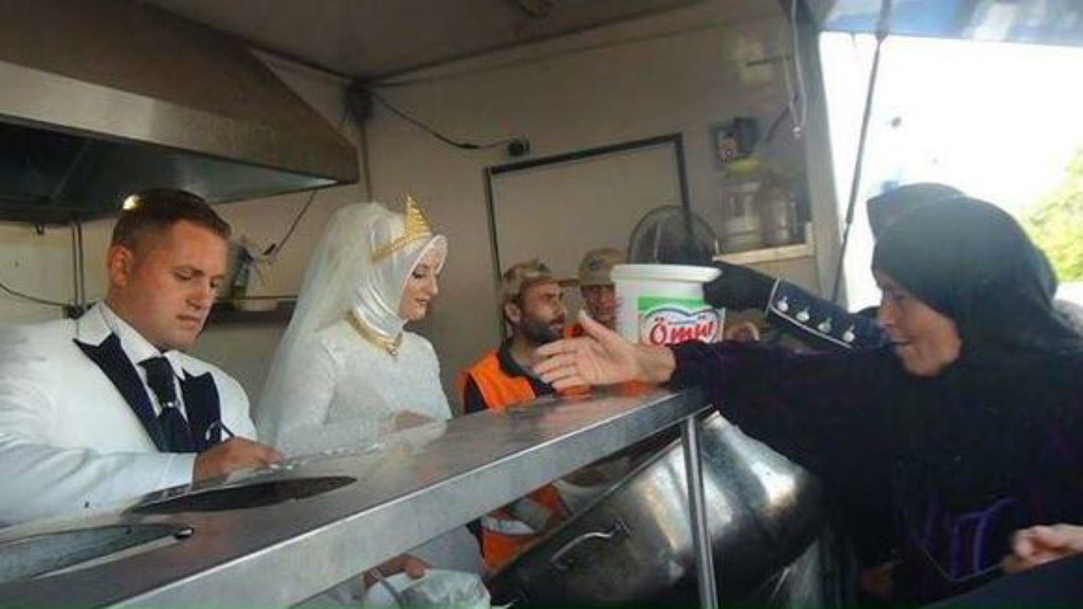 This Couple Spent Their Wedding Day Feeding 4,000 Syrian Refugees XizZckvr5