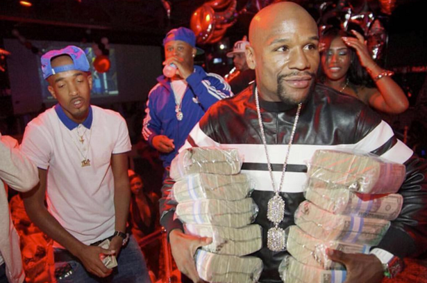 UNILAD Floyd Mayweather Partying46450 Floyd Mayweather Took An Insane Pile Of Cash To Miami Nightclub