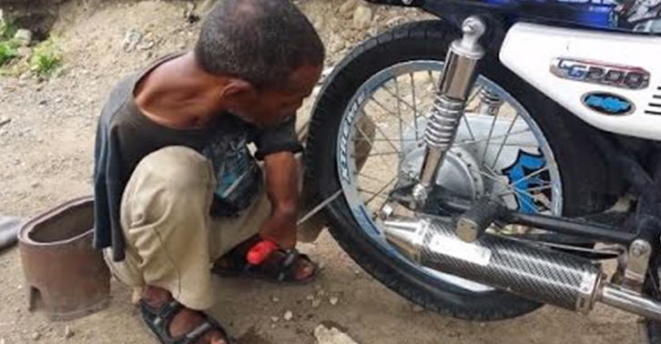 UNILAD man 27 Man Born With Only One Shrunken Arm Beats Disability And Works Fixing Tyres