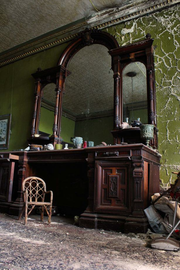 UNILAD mansion53026 House Frozen In Time For 450 Years Displayed In Stunning Photos