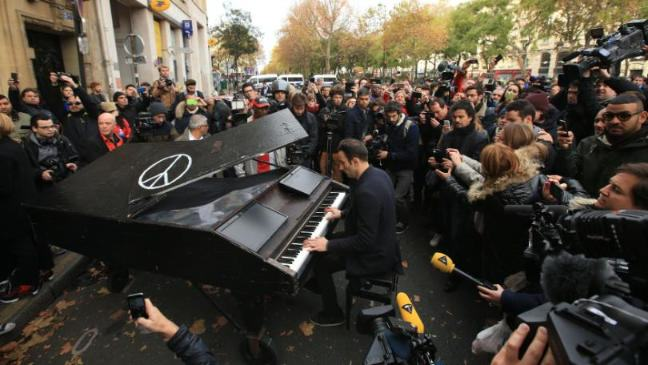 UNILAD 1364016613345 155914 Man Brought Piano To The Bataclan And Played Moving Tribute To Paris Attack Victims