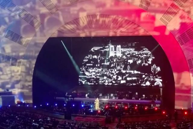 Adele Pays Tribute To Paris During Live Performance Of Hometown Glory UNILAD ADELE129356 640x426