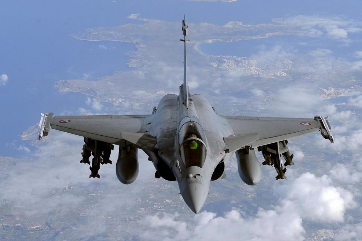 France Launches Massive Airstrikes On Isis Base In Response To Paris Attacks UNILAD fighterjet41418 1200x800