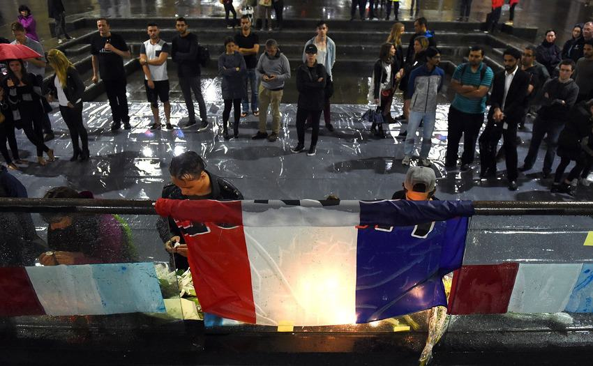 UNILAD paris memorials 1248332 Heres How Cities Around The World Mourned And Memorialised The Paris Attack Victims