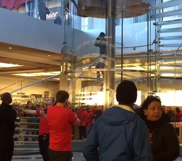 apple 2 Man Terrorises Customers In Flagship Apple Store With Samurai Sword
