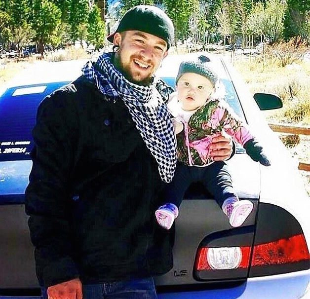 dad 43 Single Dad, 21, Raises Baby Daughter Alone After Mum Leaves Them