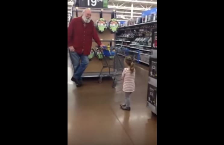 Little Girl Mistakes A Stranger For Santa And He Rolls With It Santa1