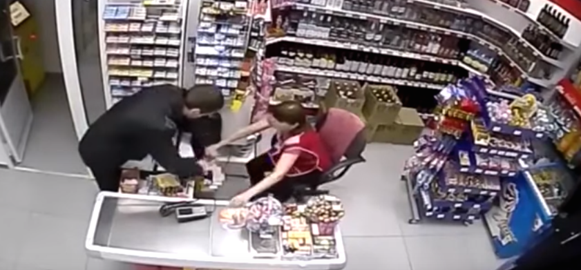 Screen Shot 2015 12 10 at 13.02.42 Robber Tries Stealing Cash From Shop, Female Assistant Has None Of It