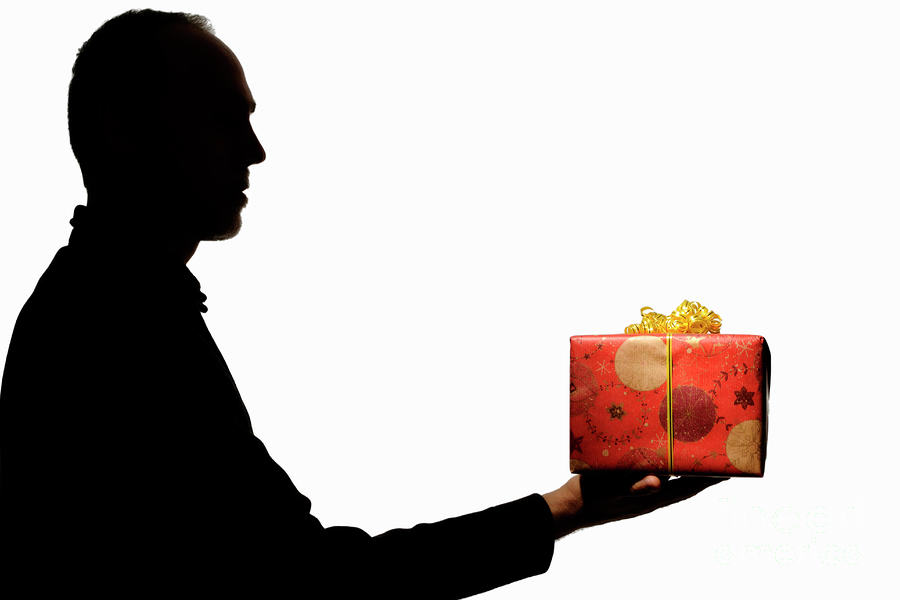 silhouette of man holding gift sami sarkis Guys Generous Christmas Act Doesnt Get The Response He Expected