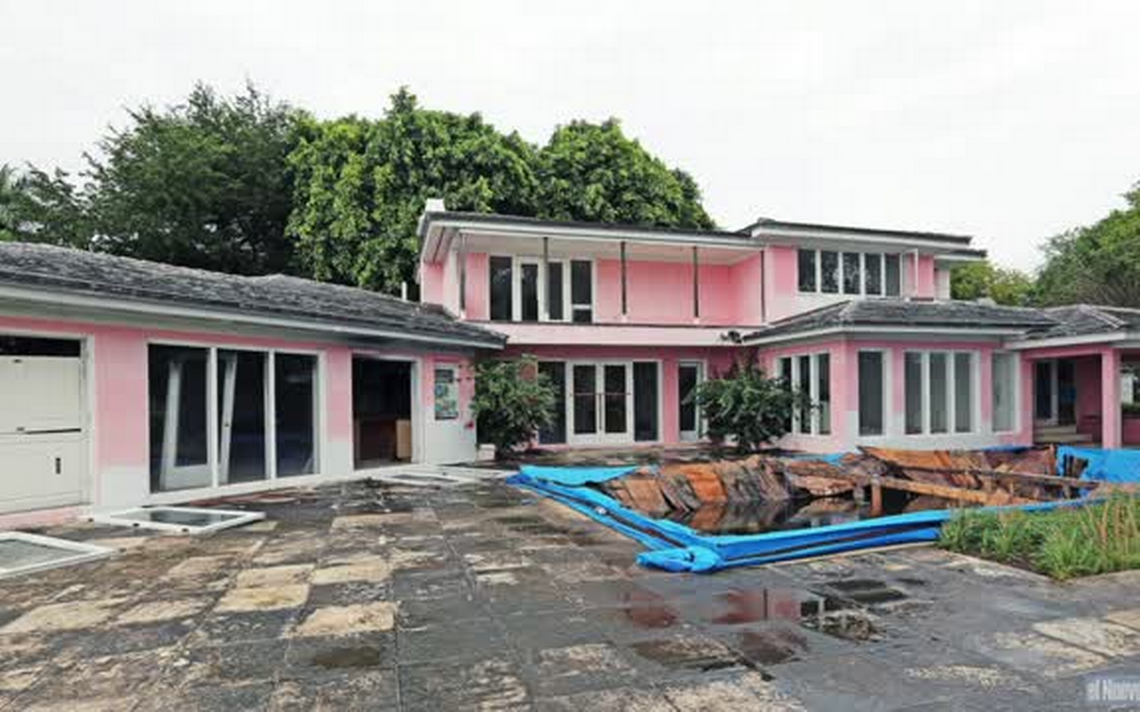 Video Colombian drug lord Pablo Escobars old house in Miami Beach to be demolished Metal Safe Discovered Under Demolished Home Of Drug Lord Pablo Escobar