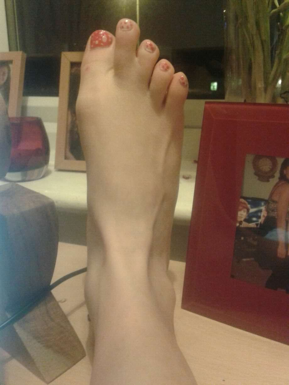 foot 2 Girl Freaked Out When She Stumbled Across Pictures Of Her Feet Online