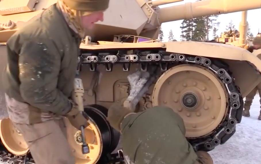 tanks1 U.S Marines Have Been Learning To Drive Tanks In Extreme Snow