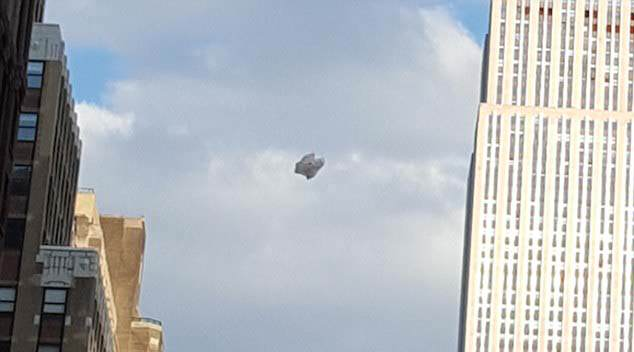 32EA0B2F00000578 3527239 The witness which is going by the name D reported the claim and  a 60 1459987323174 1 Cloaked Alien Ship Seen Hovering Near Empire State Building