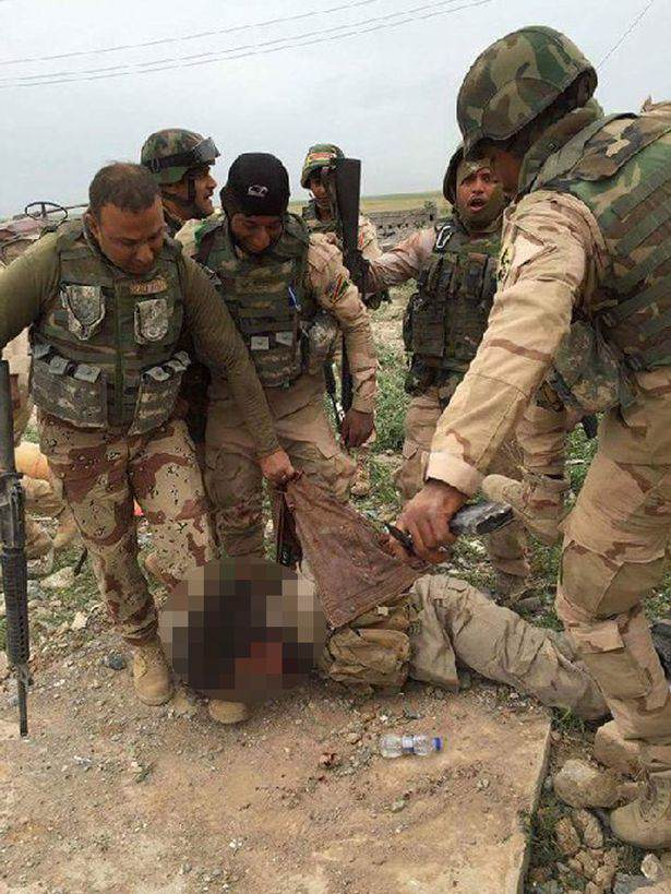 Iraqi army takes selfies with ISIS captive before executing him 1 Iraqi Troops Capture ISIS Fighter, Ask Internet How He Should Die