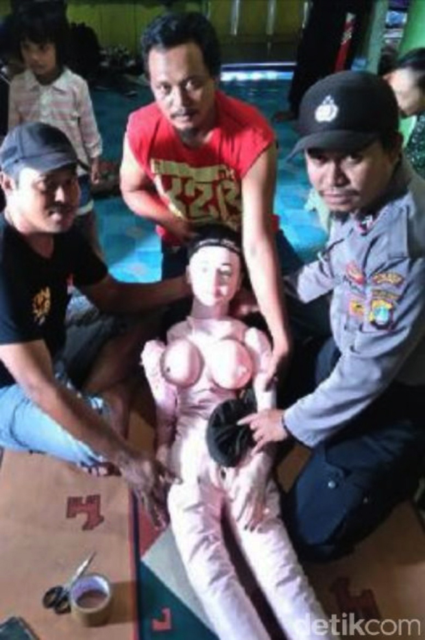 Angel That Fell From Sky Turns Out To Be Something Very NSFW 62f8b89f 9953 4b56 a179 a7976fc9da89