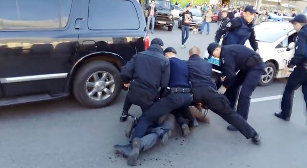 ad 204504396 Former Wrestling Champ Fights Off Seven Police Officers In Epic Street Brawl