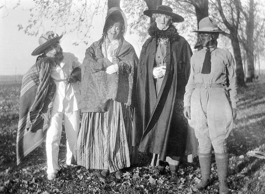 27006UNILAD imageoptim Halloween costumes 1918 These Are All The Things You Never Knew About Halloween