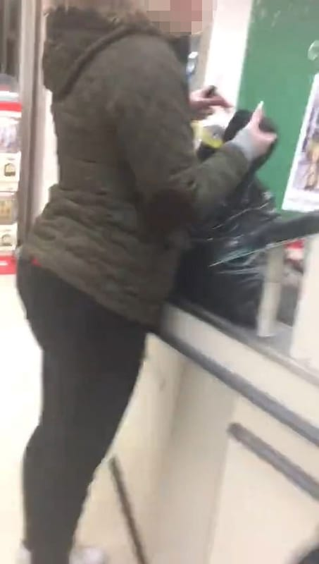 19117UNILAD imageoptim nintchdbpict000285250888 Furious Woman Shames Cheating Boyfriend In Middle Of Sainsburys