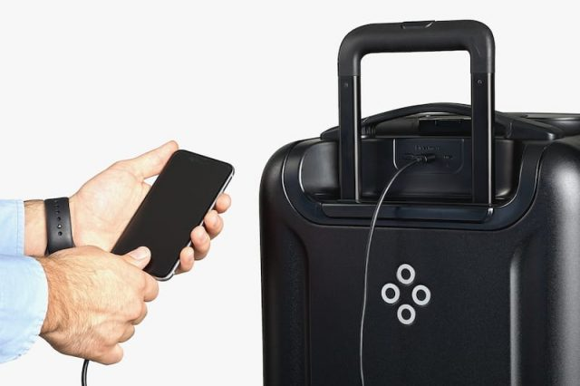 3450UNILAD imageoptim product slider 7 2x 1 640x426 Bluesmart Black Edition Suitcase Review: Charge Your Phone On The Go